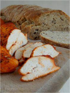 Fűszeres csirkemellsonka - Hozzávalók: 1 egész csirkemell 3 gerezd fokhagyma tej  só oregánó majoránna bazsalikom rozmaring 3 ek. olívaolaj 1 ek. őrölt paprika 1 ek. víz