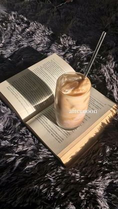 Coffee Latte, Iced Coffee, Coffee Time, Aesthetic Coffee, Aesthetic Food, Ponytail Drawing, Sexy Coffee, Food Is Fuel, I Want To Eat