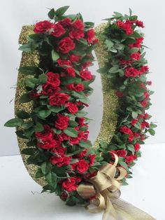 Beautiful large horse-shoe wreath with tiny red silk roses perfect for that Kentucky Derby party or horse lover. Horseshoe Wreath, Horseshoe Crafts, Horseshoe Art, Crazy Hat Day, Crazy Hats, Silk Roses, Silk Flowers, Run For The Roses, Derby Party