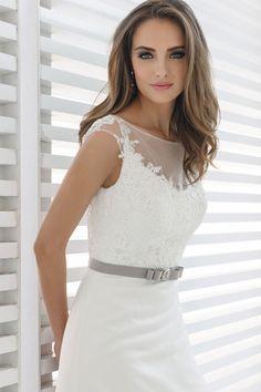 Das belgische Label Marylise fällt durch seinen dezenten und Fashion-orientierten Stil auf. Kreativität und Innovation zeigen sich in allen Marylise Kollektionen – von den kurzen Standesamt- und farbigen Abendkleidern hier im Onlineshop bis hin zu den eleganten Brautkleidern, die Sie in unserem Fachgeschäft in Erkelenz anprobieren können. Die Schnitte sind klar, absolut edel und beeindrucken mit weiblich-eleganter Linienführung.