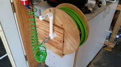 "Air hose reel I made from a cable spool, 1"" PVC and scrap plywood Diy Garage, Garage Storage, Homemade Tools, Diy Tools, Woodworking Jigs, Woodworking Projects, Air Compressor Tools, Hose Hanger, Server Rack"