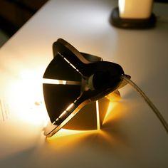 Corolle, suspension en métal plié, découpé laser. Assemblage sans outil par aimants néodymes. Pendant metal folded black and gold.