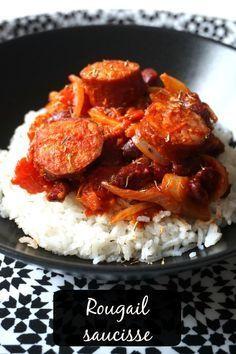 rougail saucisse, à base de saucisses fumées, oignons, tomates et épices. A servir avec du riz