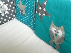 Création confectionnée à la demande. Tour de lit composé de 6 coussins dans les bleu canard (le bleu canard est une couleur intermédiaire entre le bleu et le vert), et gris (coton bleu canard uni, bleu canard à étoiles, gris à étoiles, blanc uni et gris à pois). Les coussins sont