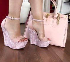 Buen día #ShoeLovers ❤️ Gorgeous Heels, Cute Heels, Sexy Heels, Beautiful Shoes, High Heels, Shoes Heels Wedges, Womens Shoes Wedges, Wedge Shoes, Heeled Boots