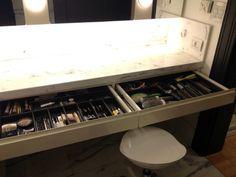 Ótima forma de organizar a maquiagem e artigos para cabelo
