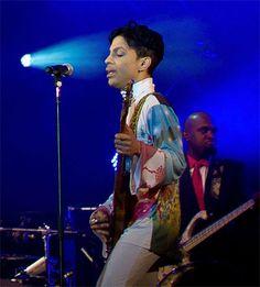 Prince Live in Abu Dhabi. Una performance splendida questa sua prima esecuzione in Medio Oriente. Ha aperto il suo concerto con Let's Go Crazy e altri successi come Delirious, 1999, Little Red Corvette e Purple Rain.