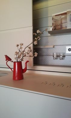simple arreglo floral: antigua tetera roja con ramas de almendro