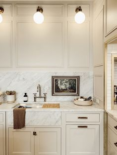 Home Interior Design Modern white and marble kitchen space Interior Design Modern white and marble kitchen space Küchen Design, Home Design, Layout Design, Design Ideas, Design Concepts, Design Styles, Decor Styles, Design Trends, Kitchen Color Trends