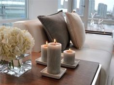 Home decor, candles, flowers and comfort pillows Coastal Living Rooms, My Living Room, Home And Living, Living Room Decor, Mesa Colonial, Home Interior, Interior Design, Deco Table, Home And Deco