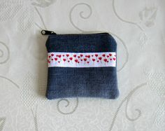 Porte-monnaie en jean recyclé bleu thème amour coeurs doublé en coton rouge à motifs ronds rétro écrus : Porte-monnaie, portefeuilles par melkikou-upcycling