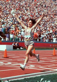 Joan Benoit Samuelson celebrates after winning the gold medal in the women's marathon at the 1984 Olympics. Samuelson, a Maine native, is running a relay with three high school girl runners at Sunday's KeyBank Vermont City Marathon Olympic Marathon, 1984 Olympics, Summer Olympics, Female Runner, Running Skirts, Boston Marathon, City Marathon, Run Today, Olympic Athletes