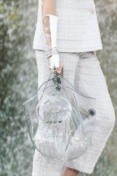 See detail photos for Chanel Spring 2018 Ready-to-Wear collection. Chanel Brand, Chanel News, Coco Chanel, Hermes Handbags, Burberry Handbags, Couture Fashion, Runway Fashion, Chanel Couture, Paris Fashion