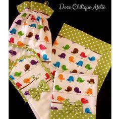 Kit de Cozinha Bird Collor com detalhes em verde poá (também disponível em vermelho, azul, pink, amarelo ou coral). Puxa Saco, bate mão, pano de fogão e pano de prato. Pedidos e orçamento por whatsapp 21 99240-0281