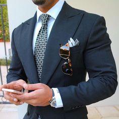Wir mögen Männer, die auf ihr Äußeres achten! Dieser blaue Anzug ist super mit…