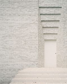 Peter Besley uses pale bricks and thick mortar to create monolithic facade of Brisbane's Couldrey House Brick Facade, Brick Wall, Residential Architecture, Contemporary Architecture, Brick Architecture, Mug Design, Grey Brick, Inspiration Design, Daily Inspiration