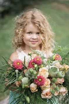 Sweet little girl with flowers Precious Children, Beautiful Children, Beautiful Babies, Beautiful Flowers, Little Doll, Little Girls, Cute Kids, Cute Babies, Baby Kind