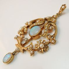 Vintage-solid-9ct-Yellow-gold-cabochon-opals-and-see-pearl-pendant