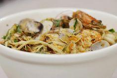 Bij de Italiaan is de traditionele 'pasta alle vongole' een populaire schotel. De klassieker inspireert Jeroen om de schelpjes aan te vullen met gebakken gamba's, kerstomaten en de ingrediënten van een 'gremolata': peterselie, look en zeste van citroen. In geen tijd serveer je een eerlijke pastaschotel boordevol smaak.