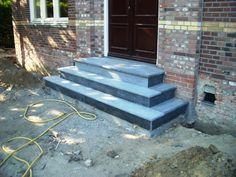 tegels trap voordeur - Google zoeken Door Steps, Front Steps, Sweet Home, Sidewalk, Stairs, Inspiration, Outdoor, Gardening, Decor