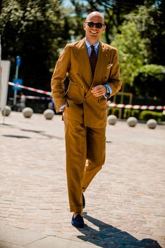 Pitti Uomo is underway and Robert Spangle has captured the most stylish men on the streets of Florence. Mens Clothing Guide, Street Style Outfits Men, Italian Style Suit, Most Stylish Men, Best Dressed Man, Linen Suit, Elegant Man, Looking Dapper, Summer Suits