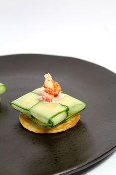 Wil je een keer fancy doen maar geen zin om uren in de keuken te staan? Maak dan deze pakketjes van komkommer gevuld met rivierkreeftjes & bourbon! :D