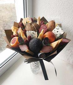 На данном изображении может находиться: обувь и еда Bouquet Cadeau, Candy Bouquet Diy, Food Bouquet, Fruit Flowers, Flower Food, Fruit Presentation, Vegetable Bouquet, Edible Bouquets, Sweet Box