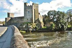 Castelo Cahir, localizado em uma ilha no meio do rio Suir no centro-sul da Irlanda, é um dos castelos mais bem preservados do país. Os principais edifícios do complexo, incluindo a torre, foram construídos em 1140. Depois de subir as escadas em espiral,  apreciar a vista deslumbrante da paisagem patchwork da Irlanda é um prêmio.  Fotografia: John5199 via flickr.