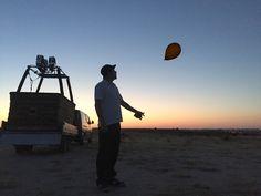 Soltando un globo de helio antes del vuelo.