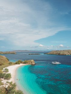 Pink Beach in Komdo National Park. Find out how to organize a sailing trip to Komodo! Komodo National Park, National Parks, Komodo Island Tour, Hotel All Inclusive, Sailing Trips, Pink Beach, Peru Travel, Destin Beach, Machu Picchu