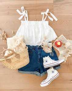 Cute Teen Outfits, Teenage Girl Outfits, Girls Fashion Clothes, Teen Fashion Outfits, Trendy Teen Fashion, Fashion For Girls, Flat Lay Fashion, Cute Outfits With Shorts, Teenager Fashion