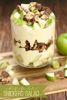Delicious Apple Snickers Salad that is so good and so easy to make! {Delicious Apple Snickers Salad that is so good and so easy to make! Just Desserts, Delicious Desserts, Yummy Food, Desserts Caramel, Vanilla Pudding Desserts, Health Desserts, Think Food, Love Food, Fruit Salad Recipes