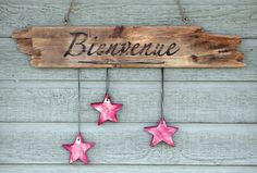 """French drift wood sign """"Bienvenue"""" (Welcome) with wooden stars Cottage Crafts, Wooden Stars, Driftwood Crafts, Wood Burning Art, Drift Wood, Pebble Art, Porch Decorating, Wood Signs, Creations"""
