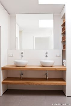 in_design architektur의 화장실 Bathroom Vanity Units, Bathroom Shelves, Washroom, Modern Bathroom Design, Bathroom Interior Design, Bathroom Concrete Floor, Blue Green Bathrooms, Regal Bad, Tadelakt
