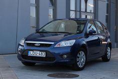 http://www.vezess.hu/hasznalt_auto/hasznalt_auto_ford_focus_ii/45809/ Mintha egy új tesztautót látnánk a képen, pedig nem a 2008-as fotókat szedtük elő. Egyszerűen a Focus II bemutatásra választott használt autó öt és fél évesen is ennyire szépen mutat. 1,6 literes benzines motorjával és Trend Plus felszereltségével ez a változat az arany középút a kínálatban.