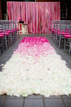 pink and fuchsia ombre petals on the aisle | Ombre Valentine's Wedding http://theproposalwedding.blogspot.it/ #valentinesday #sanvalentino #matrimonio #wedding #pink