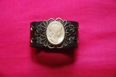 manchette lady : bracelet en cuir réglable avec plaque ajourée métallique et camé vintage en pâte de verre : Bracelet par lericheattirail