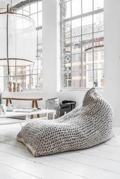 Fotoliu puf pentru un living in stil scandinav