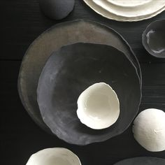 Black and white porcelain with textile structure www. Pottery Wheel, White Porcelain, Ceramic Pottery, Minimal, Plates, Black And White, Studio, Random, Tableware