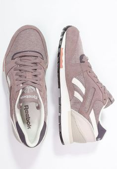 Reebok Classic GL 6000 – Sneaker … This sneaker emphasizes your sporty side. Reebok Classic GL 6000 – Sneaker low – sand taupe / moon white / urban plum / rustic clay for € order at Zalando for free. Sock Shoes, Cute Shoes, Me Too Shoes, Pijamas Women, Sneaker Store, White Reebok, Taupe, Fashion Shoes, Baskets