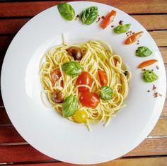 Spaghetti pomodore e basilico ist eine Kreation aus der mediterranen Küche, die uns den Sommer auf den Teller holt. Die Spaghetti mit Tomaten und Basilikum sind zudem ein leicht zu kochendes und dennoch gesundes Gericht, das gerne zubereitet wird, wenn es mal wieder schnell gehen muss.
