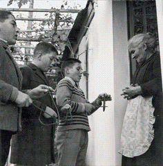 Τρεις αληθινές ιστορίες Ορθοδόξων Χριστιανών που συνεχώς προσηύχοντο κι αγρυπνούσαν Η γιαγιά μέσα στις φλόγες! Μια κυρία μου διηγείτο, όταν ήτο επτά χρονών περίπου, συνέβη κάτι το συνταρακτικό την παραμονή των Χριστουγέννων. Σε μια επαρχιακή πόλη της Μακεδονίας, στη μαύρη και φοβερή Κατοχή του '41 με '42, όπου οι εκτελέσεις και οι σφαγές των αθώων […] Crete Island Greece, Athens Greece, Greece Pictures, Old Pictures, Greece History, Old Time Photos, St Basil's, Good Old Times, The Night Before Christmas