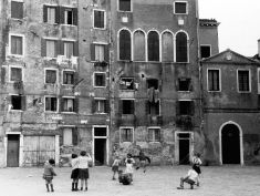 Venezia.Giochi in Campo del Gheto Novo. 1960. Foto Ferrigno