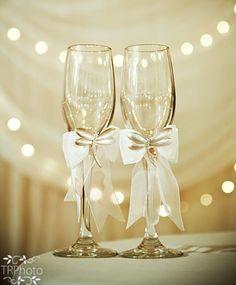 Noiva que é noiva não se esquece dos detalhes, não é mesmo?Então hoje vamos tentar ajudar vocês com ideias para as taças personalizadas para casamento, que estão super em alta. Muitas noivas vem optando por taças personalizadas para dar um...                                                                                                                                                                                 Mais