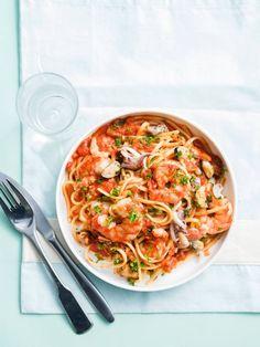 Pasta met zeevruchten | Spar Colruyt Group Linguine, 20 Min, Paella, Food And Drink, Pizza, Fish, Ethnic Recipes, Filets, Olives