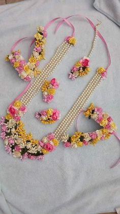 Flower Jewellery For Mehndi, Fancy Jewellery, Flower Jewelry, Bridal Jewelry Sets, Bridal Accessories, Indian Jewelry Earrings, Fabric Jewelry, Making Ideas, Floral