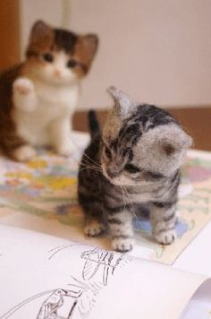 """Needle felted kittens by Midori Nakayama. Always make sure your craft materials and supplies are animal-free/cruelty-free (""""vegan""""). Do NOT use felt made from wool! Kindness and non-exploitation are always the better choice in creativity. Needle Felted Cat, Needle Felted Animals, Felt Animals, Cute Baby Animals, Needle Felting Tutorials, Felt Cat, Cat Crafts, Felt Hearts, Wet Felting"""