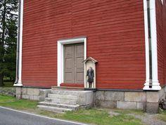 Kristiinankaupunki Lapväärtin kirkon vaivaisukko kuvattuna hiukan kauempaa, jotta myös tapulin seinää jää kuvaan. Grave Monuments, Wooden Statues, Graveyards, Finland, Outdoor Decor