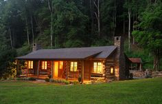 Sweet little cabin. All I Need is a Little Cabin in the Woods Photos) – Suburban Men Old Cabins, Log Cabin Homes, Cabins And Cottages, Rustic Cabins, Little Cabin, Little Houses, Getaway Cabins, Cabin In The Woods, Cabin Interiors