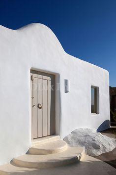 House of Poli: Mykonos, Greece Mediterranean Architecture, Mediterranean Homes, Mykonos, Santorini, Exterior Design, Interior And Exterior, Mud House, Casa Patio, Greek House